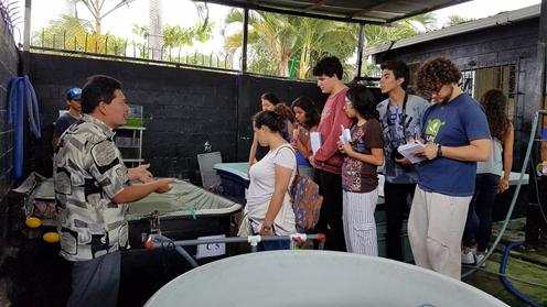 Blgo. Ulises Avendaño junto a los estudiantes de la USFQ en el laboratorio de acuacultura.