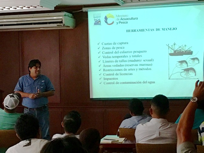 Blgo. David Chicaiza del INP mientras dicta la capacitación a los candidatos a Observadores de Flota Palangrera Atunera.