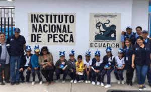 Técnicos del INP junto a los niños de la Escuela De Educación Básica Digno Amador Núñez, el primer grupo en ser recibido en la Casa Abierta Institucional realizada en La Estación Multipropósito de Salinas entre el 5 y 6 de Diciembre.