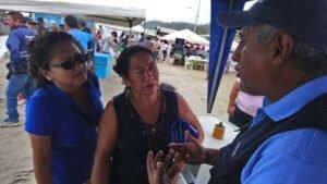 Dos pescadoras artesanales escuchan la charla sobre el INP que les ofreció el Blgo. Manuel Díaz el segundo día del Festival.