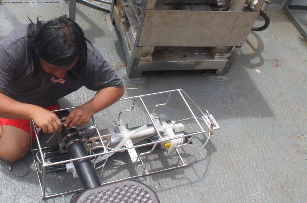 En esta campaña el Oc. Mario Hurtado representó el INP. Aquí, preparando el CDT, equipo que sirve para medir temperatura, salinidad, profundidad, densidad del mar y el CORRENTÓMETRO que sirve para medir dirección y velocidad de corrientes en la columna de agua.