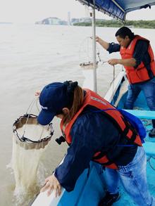 Investigadores del INP durante la toma de muestras en el río.