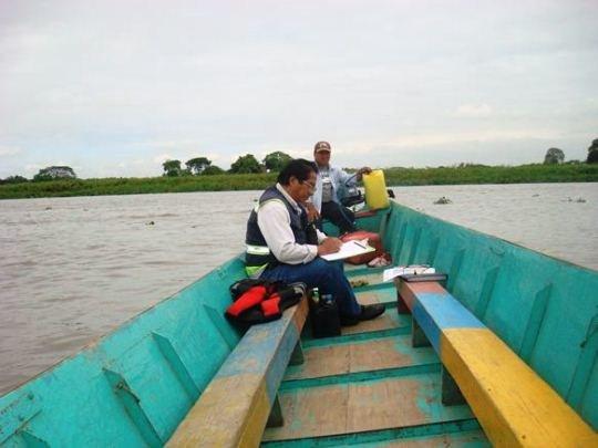 El Tecnólogo José Luis Pacheco del INP, registra datos biológicos y pesqueros de las especies capturadas en el Embalse Chongón.