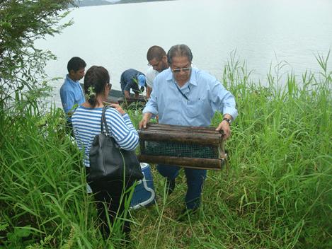 El Tecnólogo José Luis Pacheco del IPIAP, registra datos biológicos y pesqueros de las especies capturadas en el Embalse Chongón.