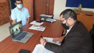 Mgtr. Juan Javier García Director del IPIAP, firmando el Convenio Marco de Cooperación Interinstitucional.